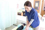 女性スタッフの施術写真